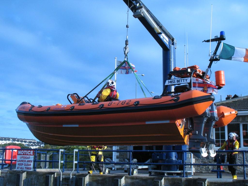 Life Boat wird min Kran zu Wasser gelassen (üben)